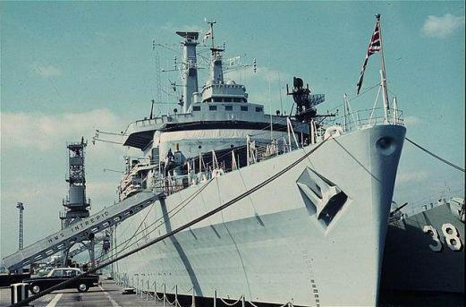 640px-HMS_Intrepid_by_Nogginnog_1-2